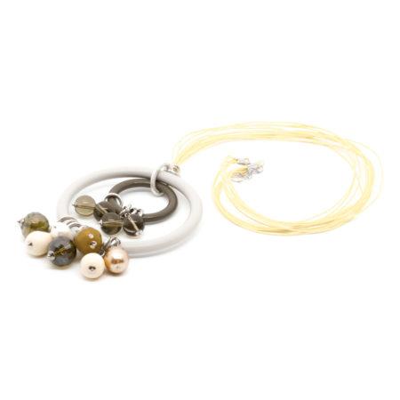 CI-F195 GR. Ciondolo in resine, vetro, perle di acqua dolce, avventurina con filo cerato. Colore Grigio