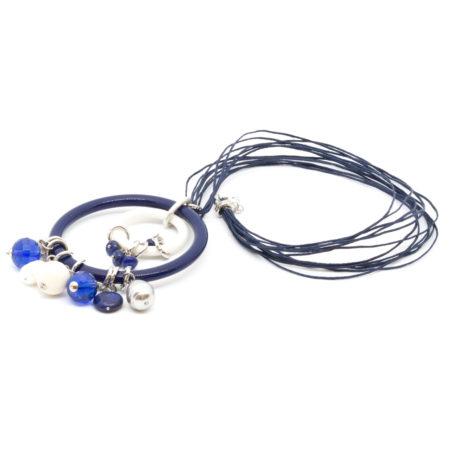 CI-F195 BL. Ciondolo in resine, vetro, perle di acqua dolce, sodalite, con filo cerato. Colore Blu