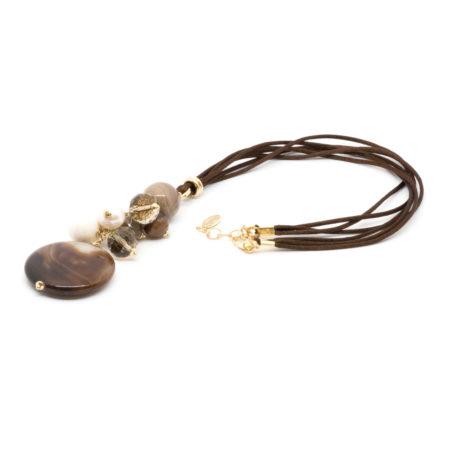 CI-F198 M Ciondolo realizzato in agata, perle, cristalli, pasta di pietra dura con filo in seta colore marrone. Lunghezza chiuso cm 35 allungabile fino a cm 37