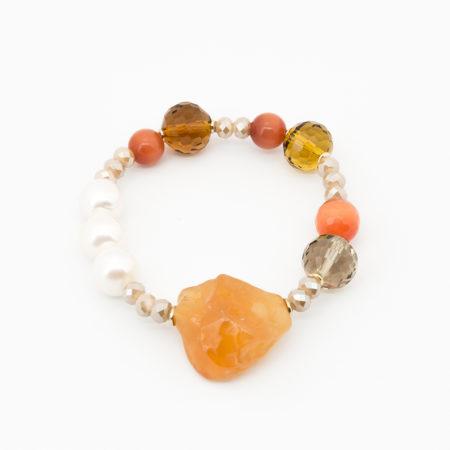BR-F540 AR Bracciale elastico realizzato in perle di acqua dolce, cristallo, vetro e pietra dura. Colore arancio.
