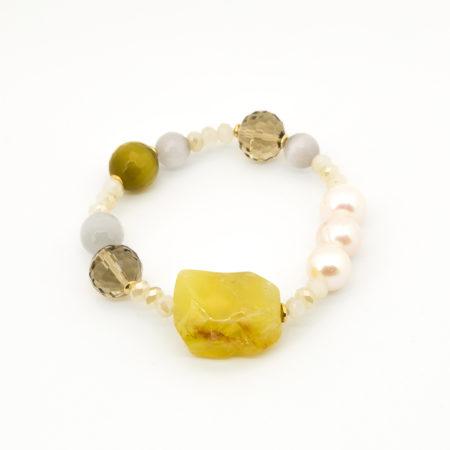 BR-F540 GI Bracciale elastico realizzato in perle di acqua dolce, cristallo, vetro e pietra dura. Colore giallo ocra