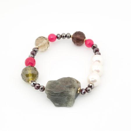 BR-F540 MLT Bracciale elastico realizzato in perle di acqua dolce, cristallo, vetro e pietra dura. Tonalità del viola.