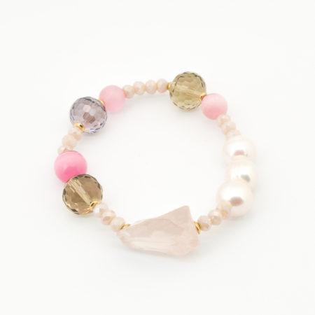 BR-F540 RO Bracciale elastico realizzato in perle di acqua dolce, cristallo, vetro e pietra dura. Colore rosa.