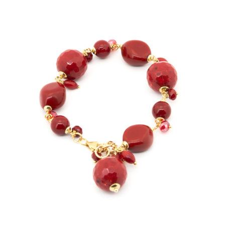 BR-F539 RU Bracciale realizzato in resina, pasta di corallo e cristalli. Colore rosso rubino.