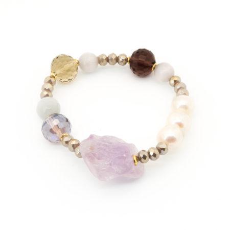 BR-F540 VI Bracciale elastico realizzato in perle di acqua dolce, cristallo, vetro e pietra dura. Colore viola/glicine