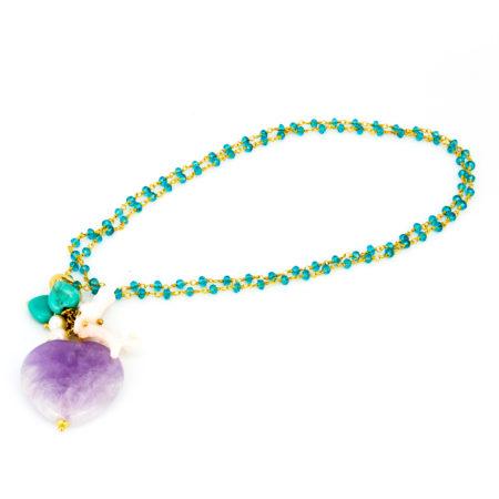 Ciondolo in aulite, ametista, perla di acqua dolce e corallo. Lunghezza 6 cm