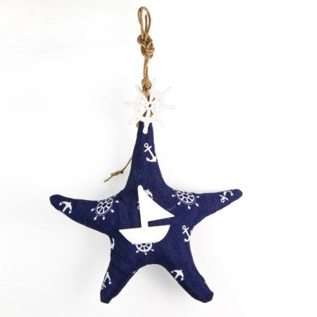 Appendino stella marina realizzata in tessuto e legno. Altezza al punto massimo 28sm. Lunghezza al punto massimo 19 cm.
