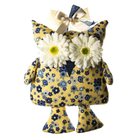Fermaporta in tessuto con applicazioni di fiori e fiocchi. Altezza al punto massimo 39 cm. lunghezza al punto massimo 35 cm